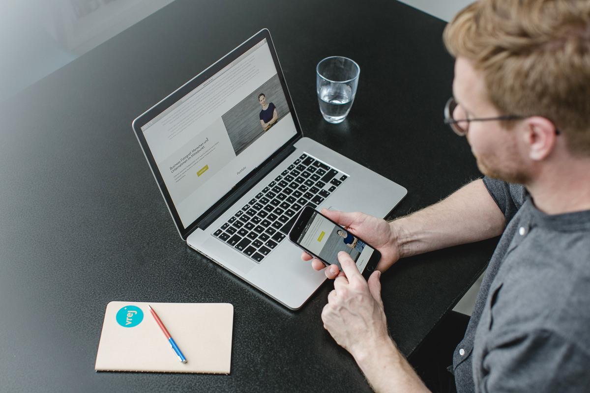Corporate Foto eines Design Agentur Inhabers bei der Arbeit am Laptop | Foto: Hanna Witte, Köln