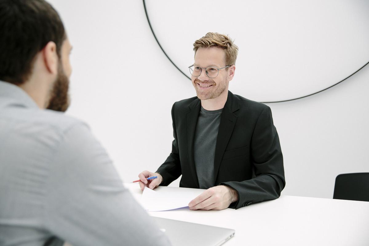 Corporate Foto eines Design Agentur Inhabers bei einer Besprechung mit seinem Mitarbeiter | Foto: Hanna Witte, Köln