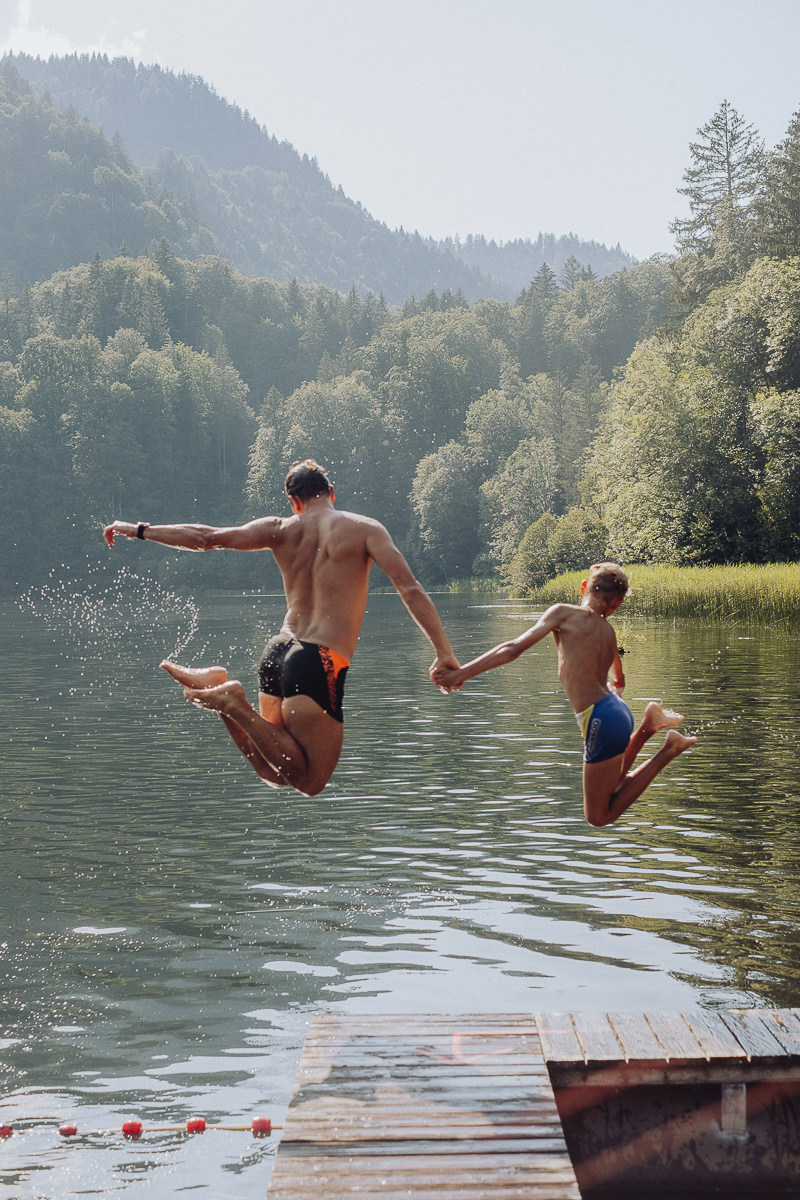 Gäste des 3-Sterne Hotels Naturhof Stillachtal springen in einen See | Foto: Hanna Witte