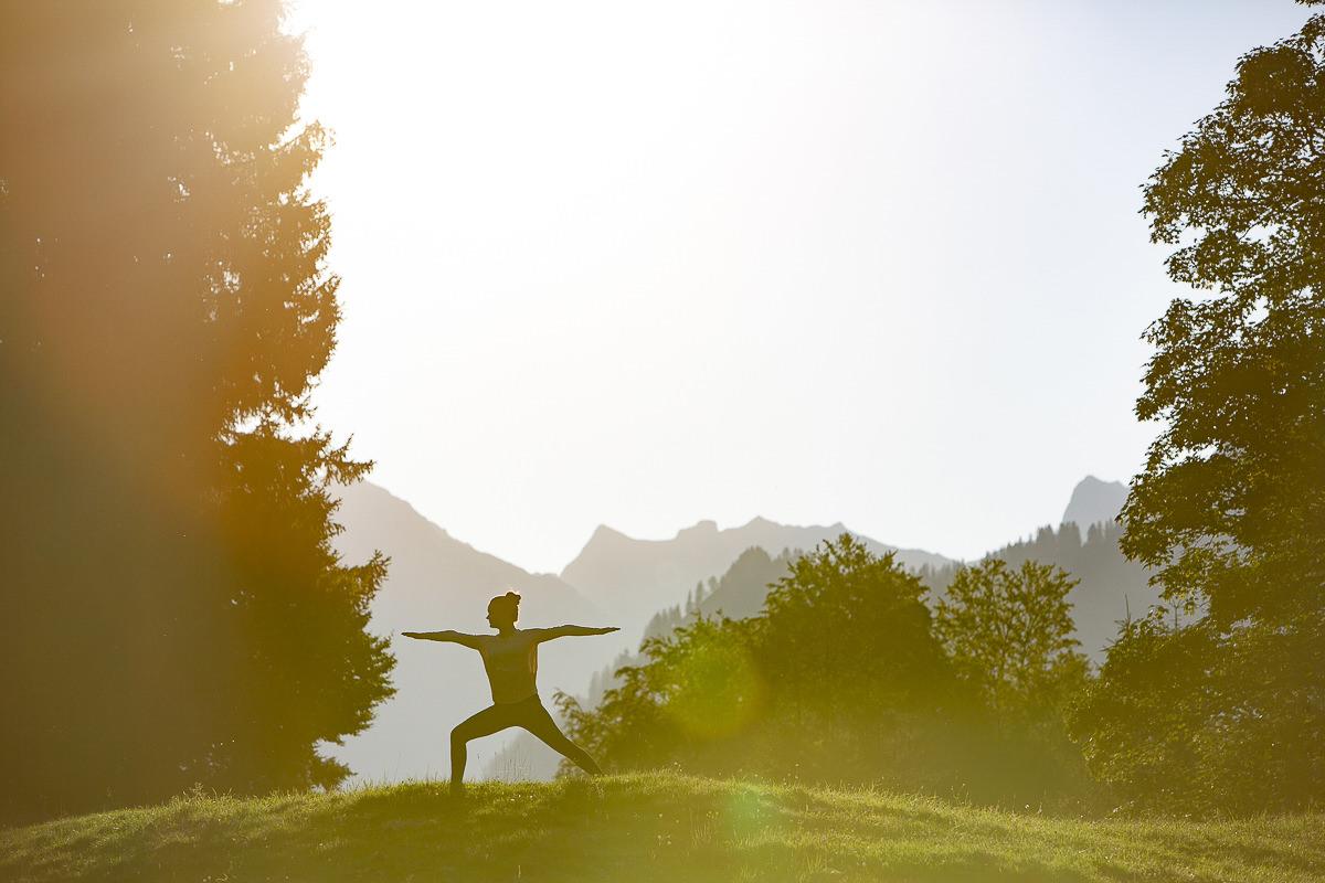 eine Frau beim Yoga in der Natur rund um das Biohotel Stillachtal in Oberstdorf | Foto: Hanna Witte