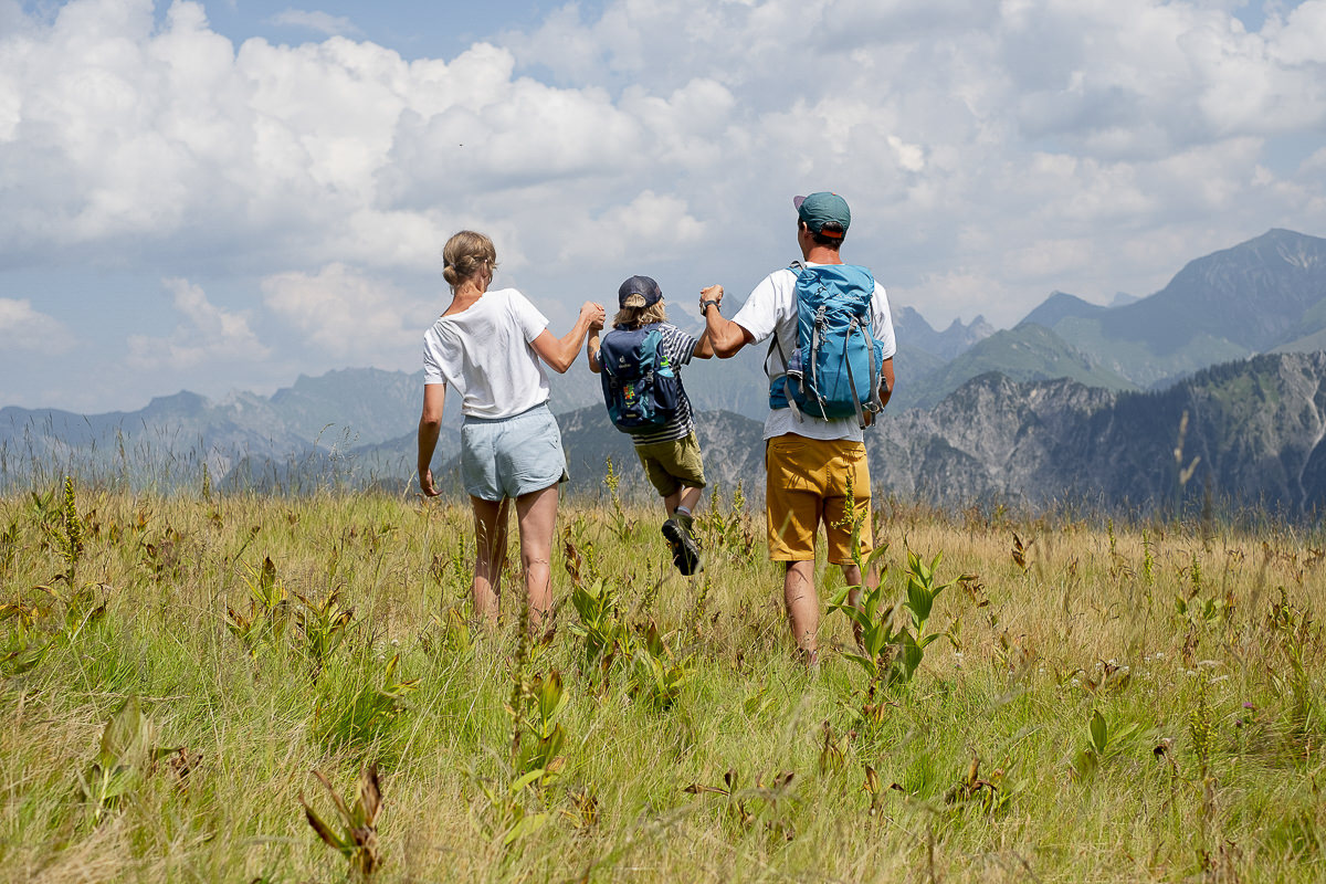 eine Familie beim Wandern im Allgäu | Foto: Hanna Witte