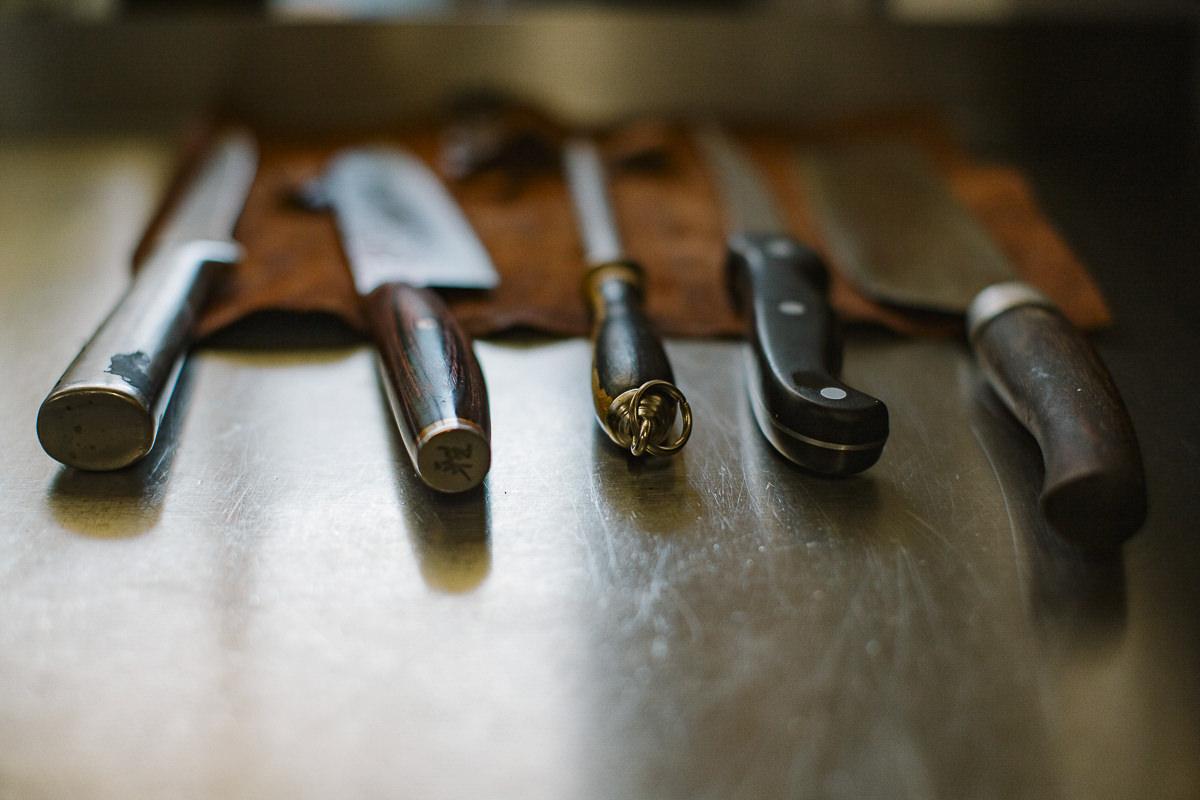 Messerset in der Küche des 3-Sterne Hotels Stillachtal in Oberstdorf | Foto: Hanna Witte