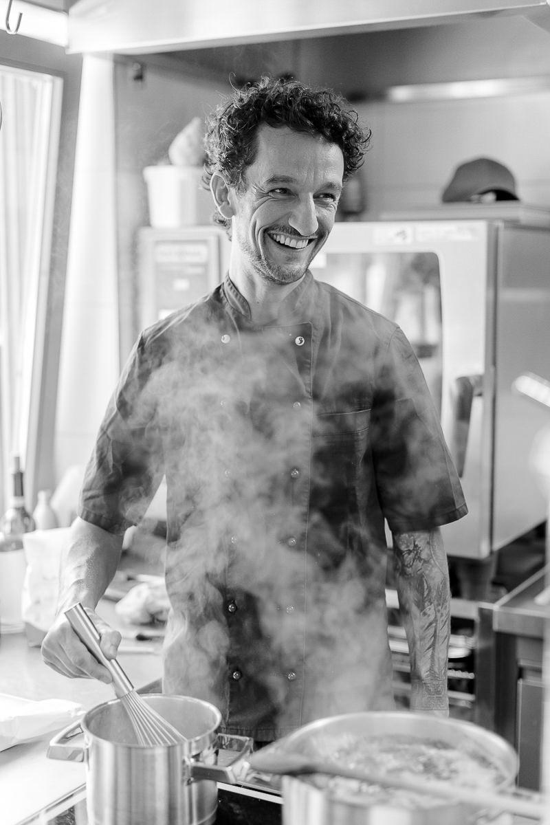 Koch David bei der Arbeit in der Küche des Naturhofs Stillachtal | Foto: Hanna Witte