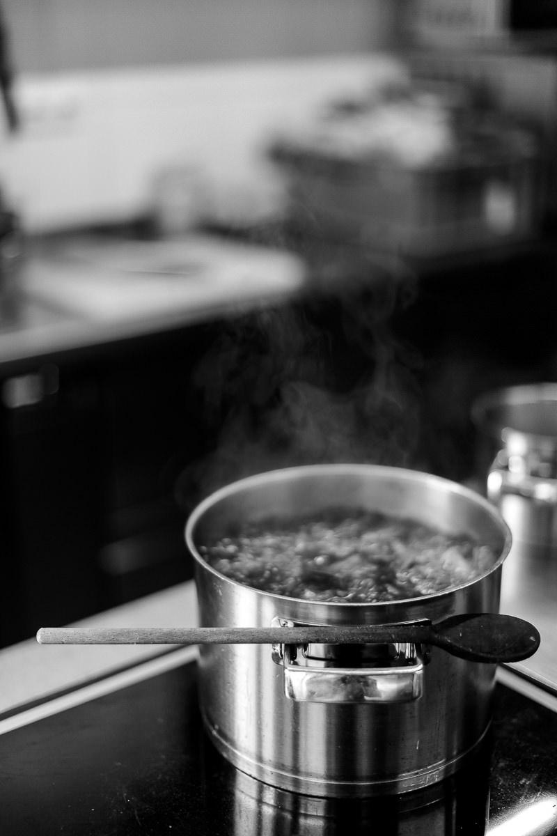 Foto aus der Küche des 3-Sterne Hotels Naturhof Stillachtal im Allgäu | Foto: Hanna Witte