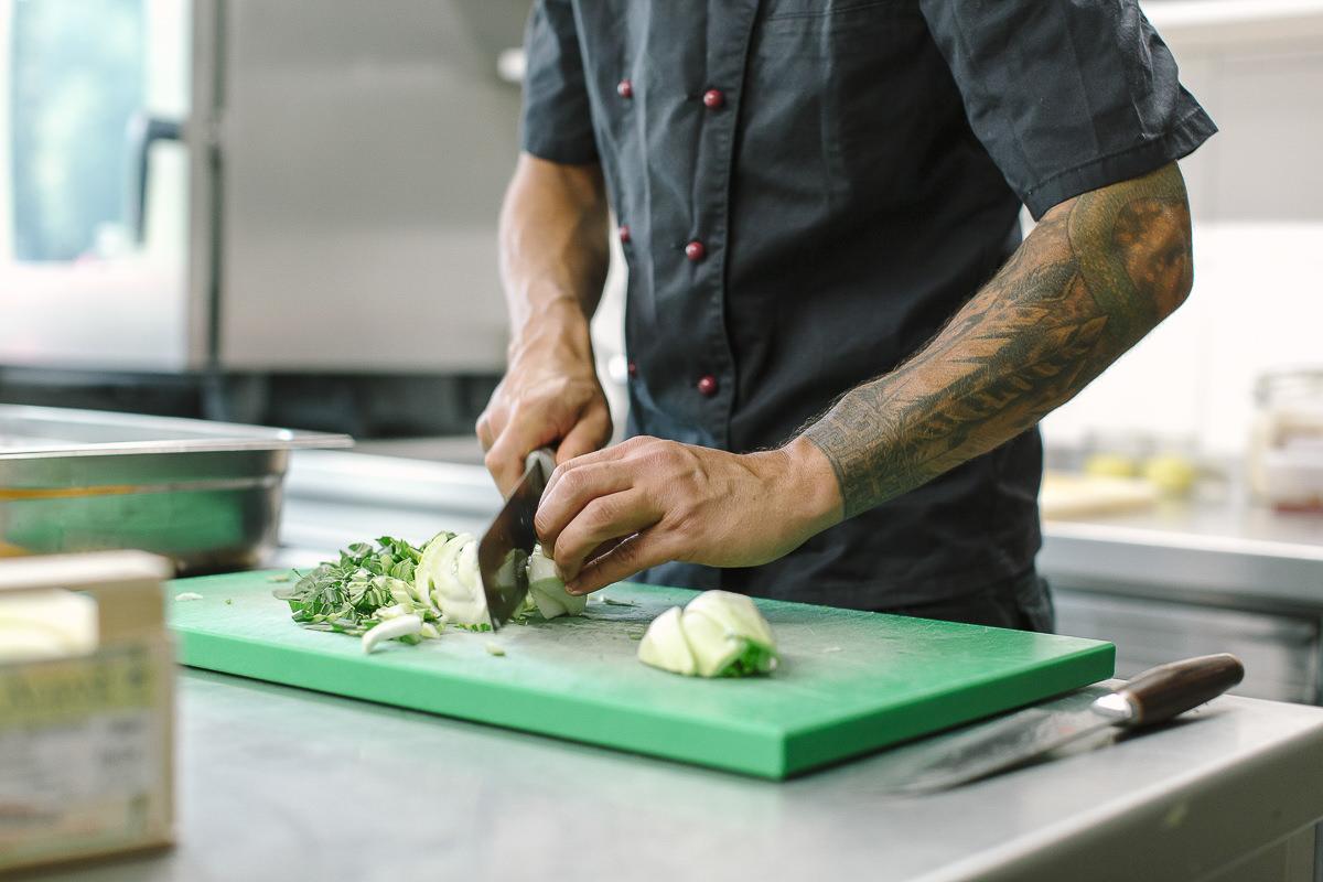 Koch David beim Schneiden von Gemüse in der Küche des Naturhofs Stillachtal | Foto: Hanna Witte