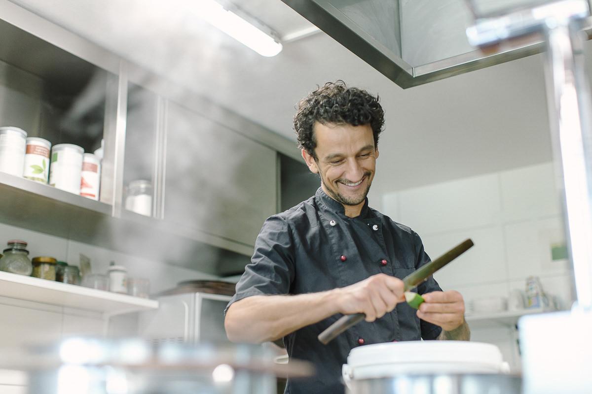 Küchenchef David beim Kochen in der Küche des Naturhofs Stillachtal | Foto: Hanna Witte