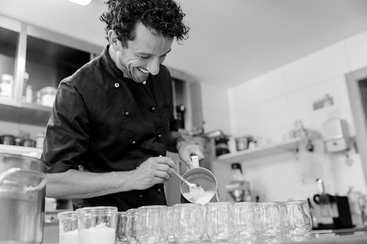 Koch David beim Zubereiten der Speisen in der Küche des Naturhofs Stillachtal | Foto: Hanna Witte