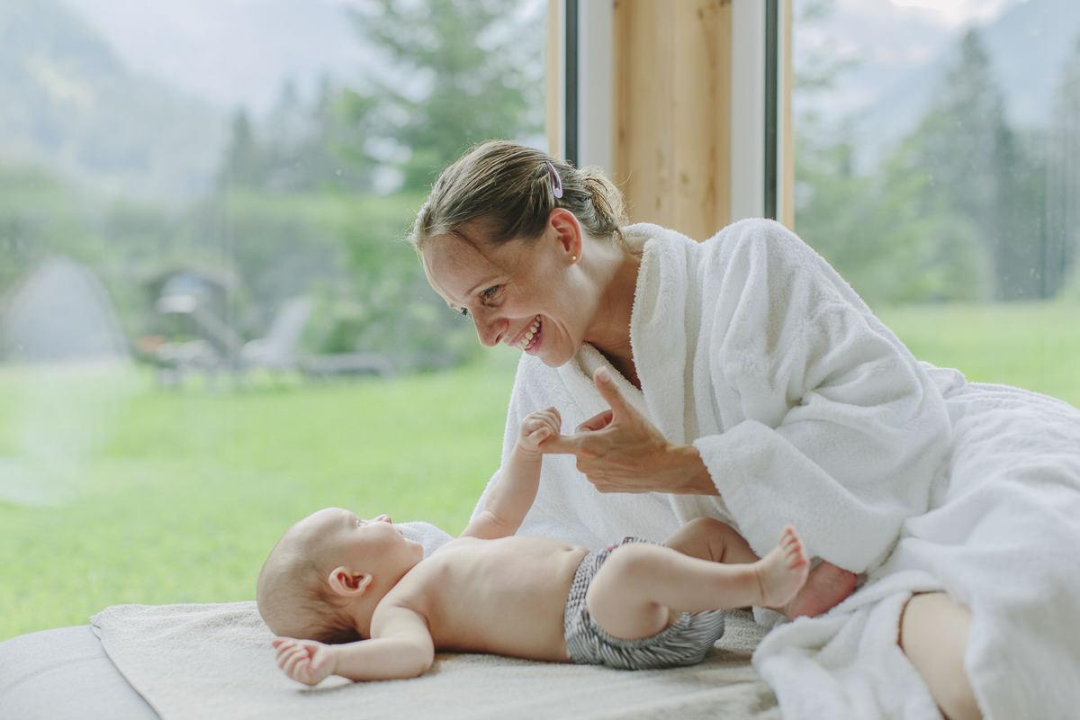 eine Frau beim Wellness Urlaub mit ihrem Baby im Naturhof Stillachtal | Foto: Hanna Witte