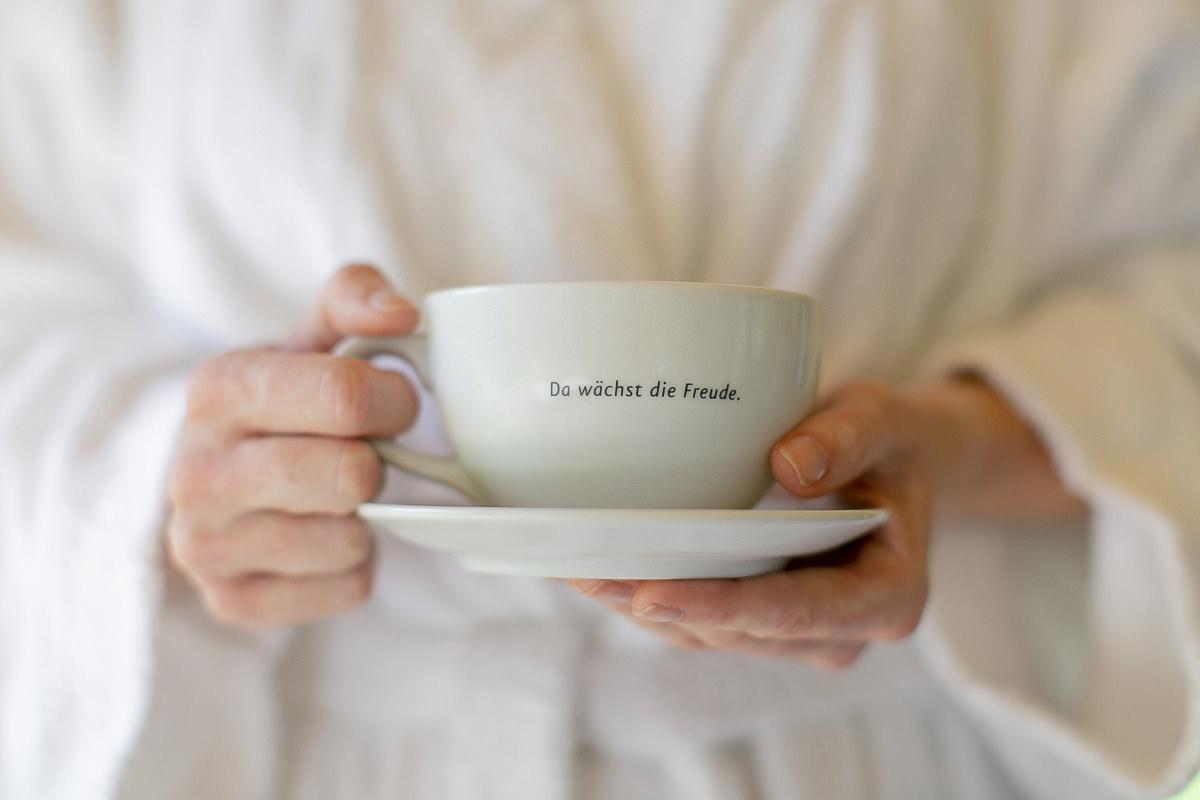 eine Frau hält eine Kaffeetasse mit Spruch in den Händen | Foto: Hanna Witte