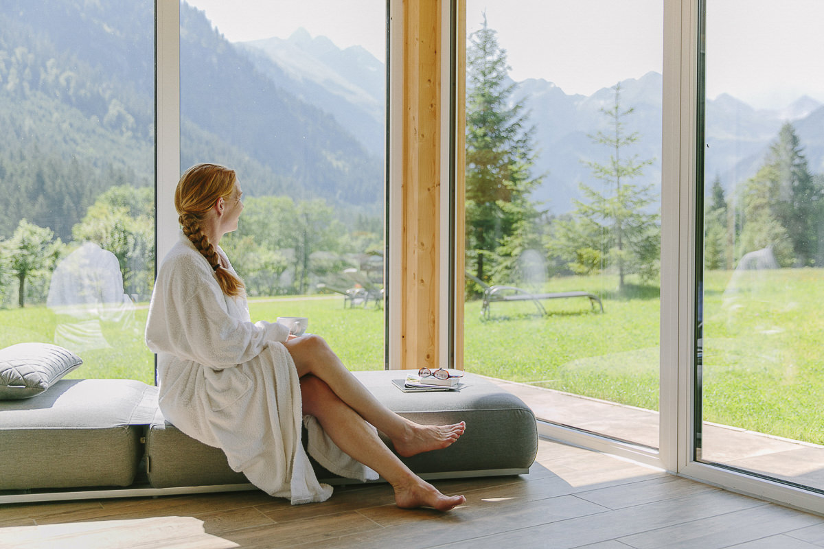 eine Frau im Panorama Saunabereich des 3-Sterne Hotels Stillachtal im Allgäu | Foto: Hanna Witte