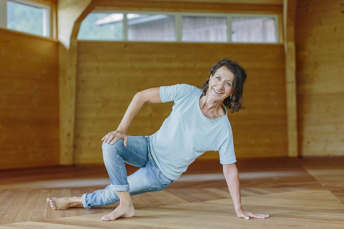 eine Frau beim Yoga im Naturpavillon des Yoga Hotels Stillachtal im Allgäu | Foto: Hanna Witte