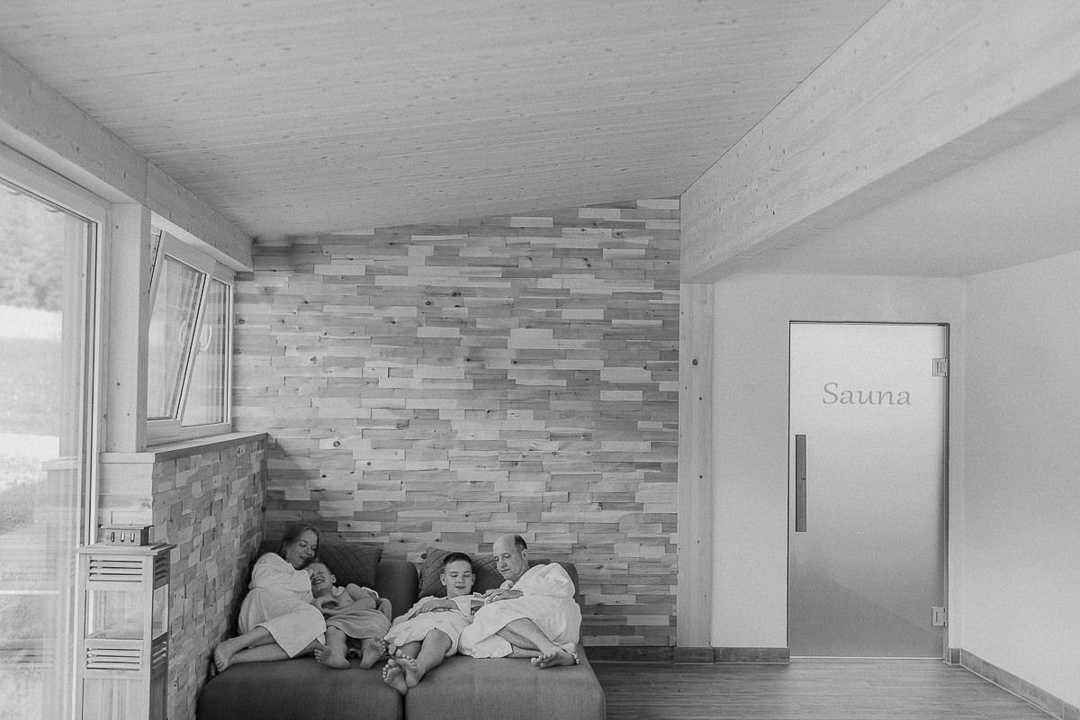 eine Familie beim Entspannen im Saunabereich des 3-Sterne Hotels Naturhof Stillachtal | Foto: Hanna Witte