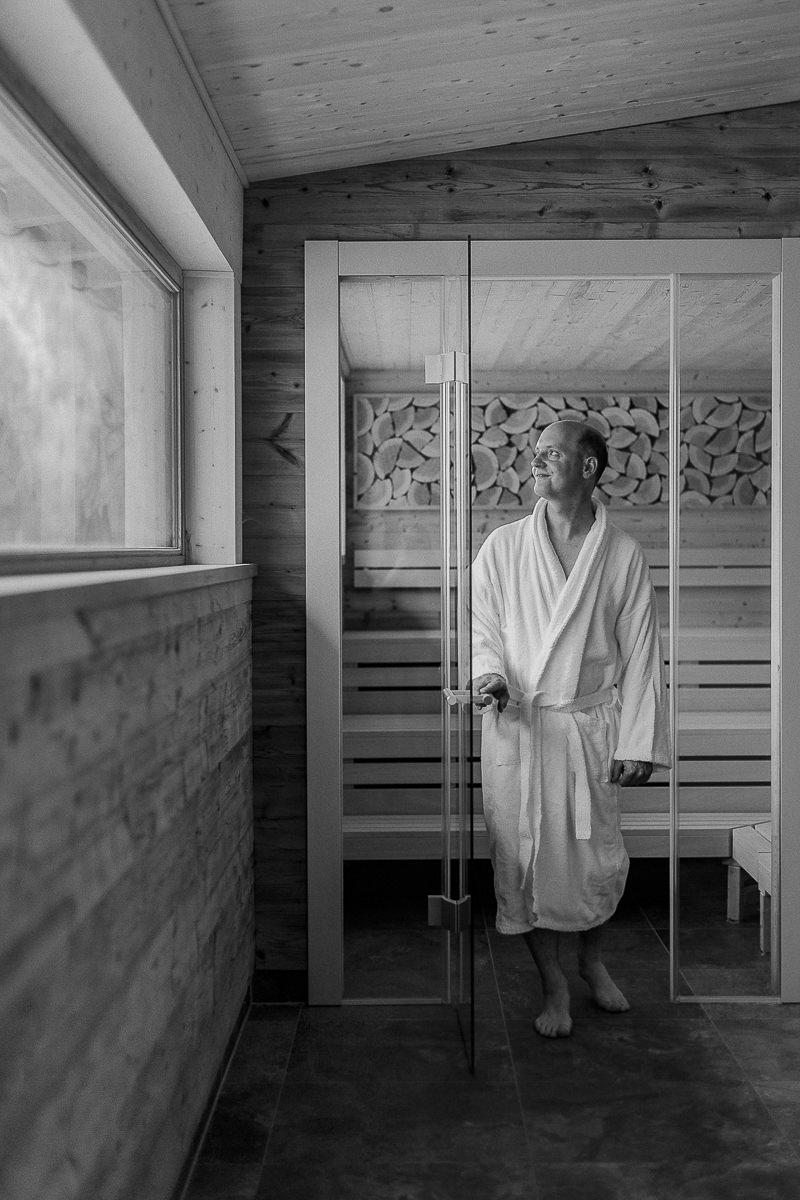ein Mann im Saunabereich des 3-Sterne Hotels Naturhof Stillachtal | Foto: Hanna Witte