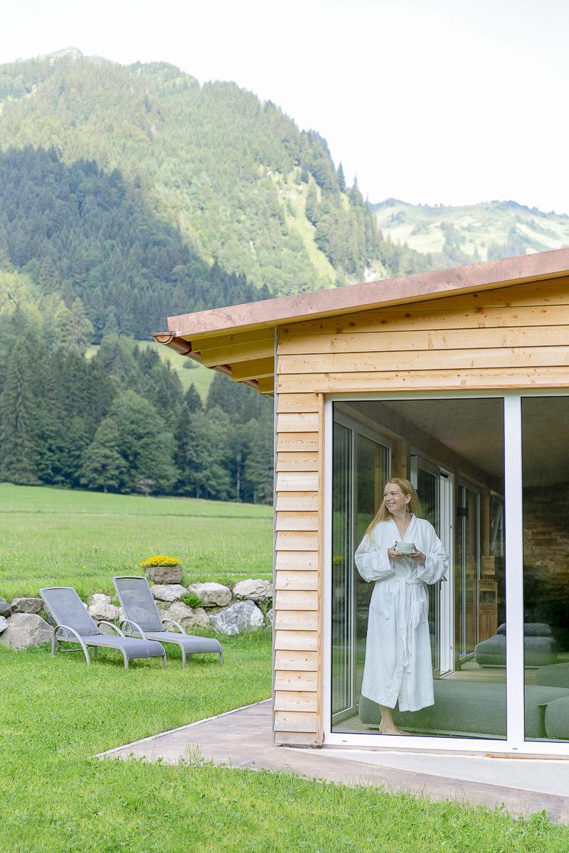 eine Frau im Saunabereich des Biohotels Stillalchtal in Oberstdorf | Foto: Hanna Witte