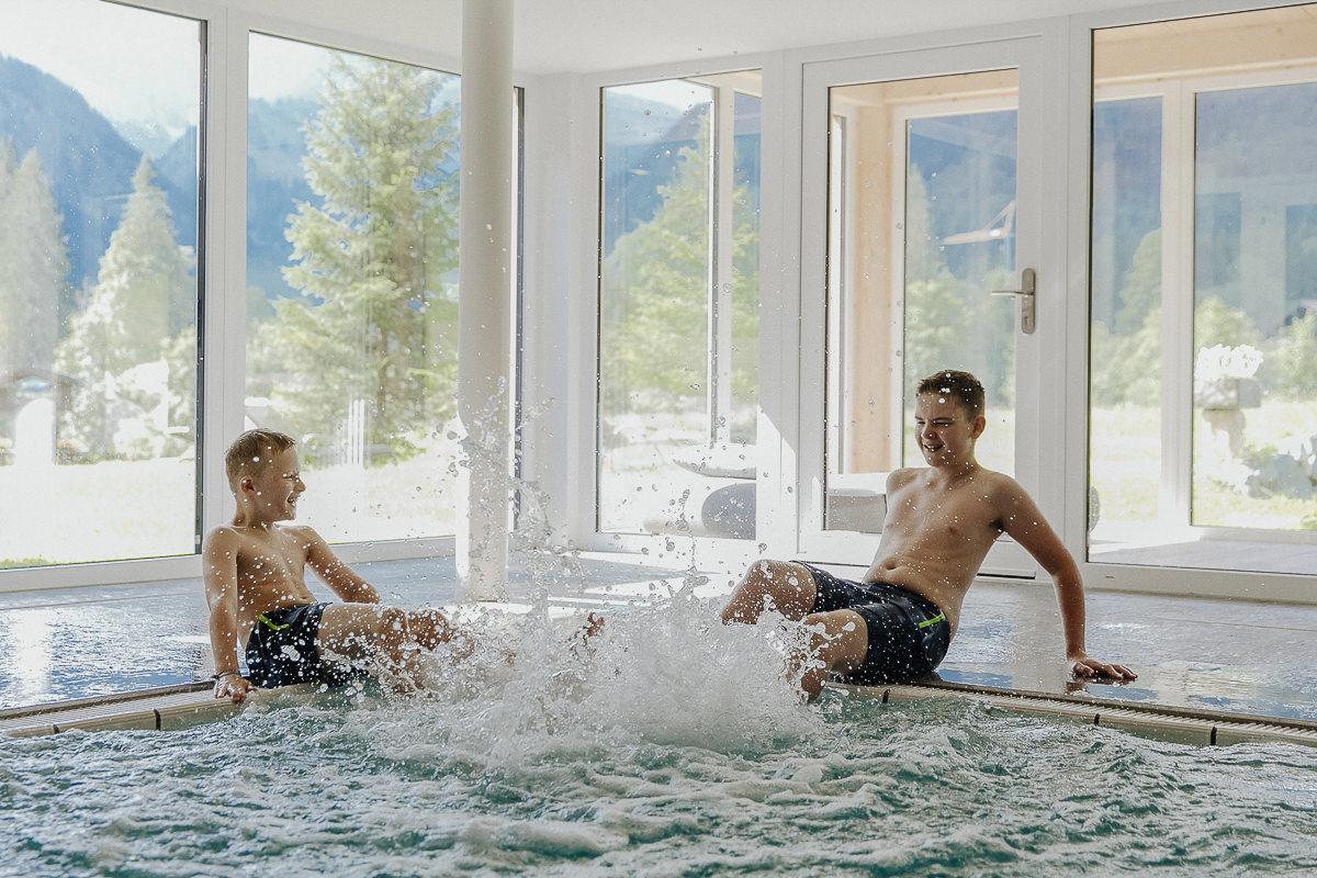 Kinder spielen im Pool des familienfreundlichen 3-Sterne Hotels Naturhof Stillachtal im Allgäu | Foto: Hanna Witte