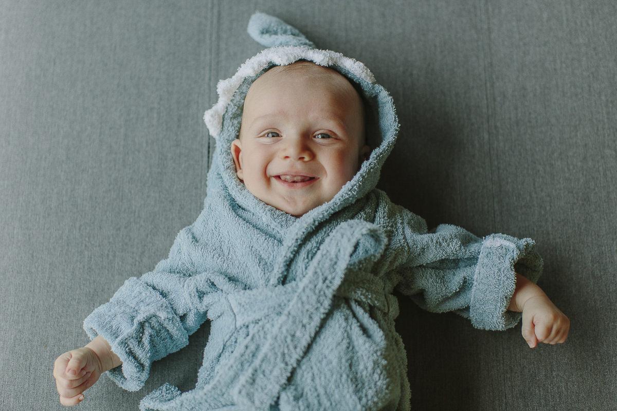 ein Baby im Mini-Wellnessmantel | Foto: Hanna Witte