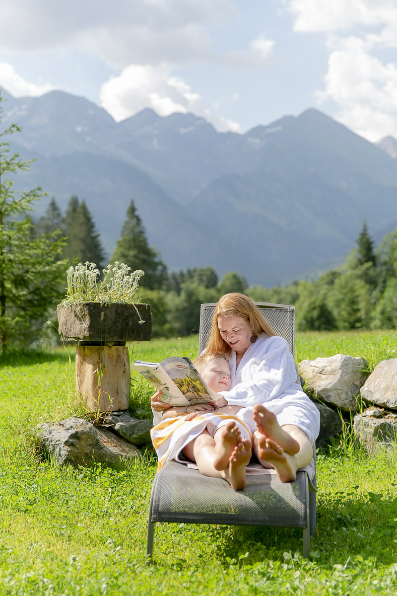 eine Frau beim Wellness Urlaub mit ihrem Baby im 3-Sterne Hotel Naturhof Stillachtal | Foto: Hanna Witte