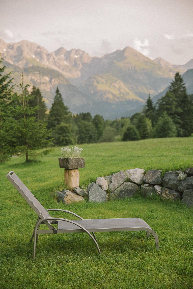 eine Liege im Außenbereich des Wellness Hotels Stillachtal im Allgäu | Foto: Hanna Witte