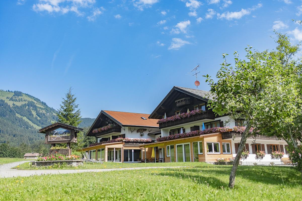 Außenaufnahme des 3-Sterne Hotels Naturhof Stilllachtal in Oberstdorf | Foto: Hanna Witte