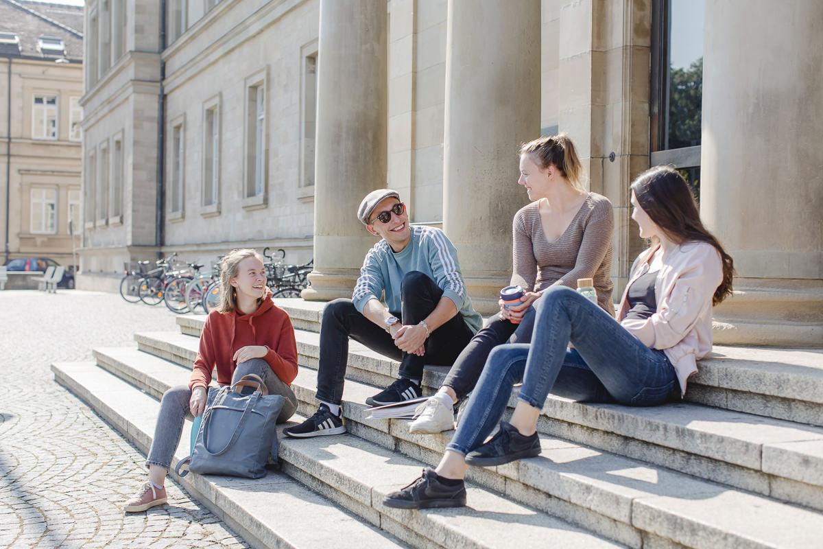 Studenten der Uni Tübingen sitzen zusammen auf einer Treppe | Foto: Hanna Witte