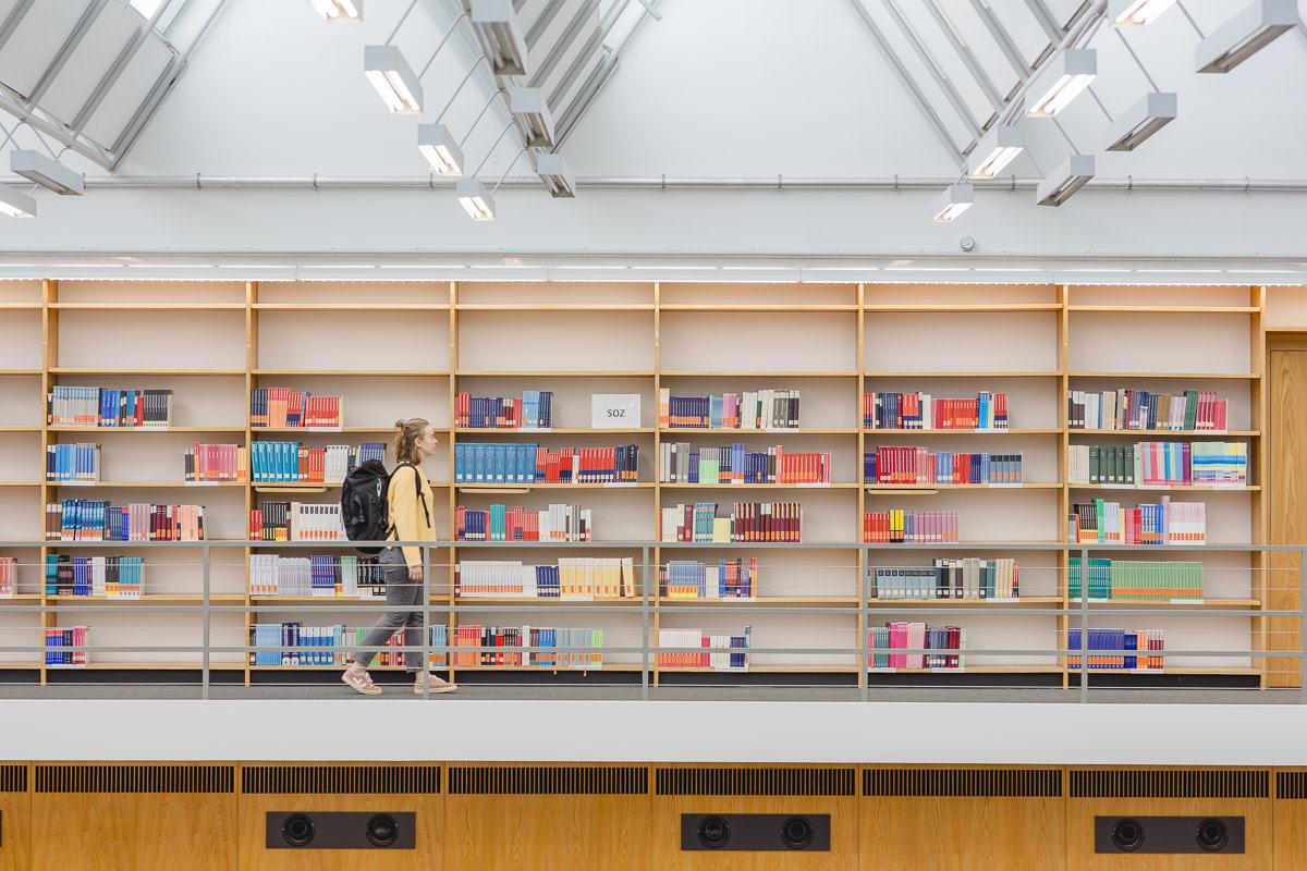 eine Studentin läuft durch die Bibliothek des Instituts für Soziologie an der Uni Tübingen | Foto: Hanna Witte