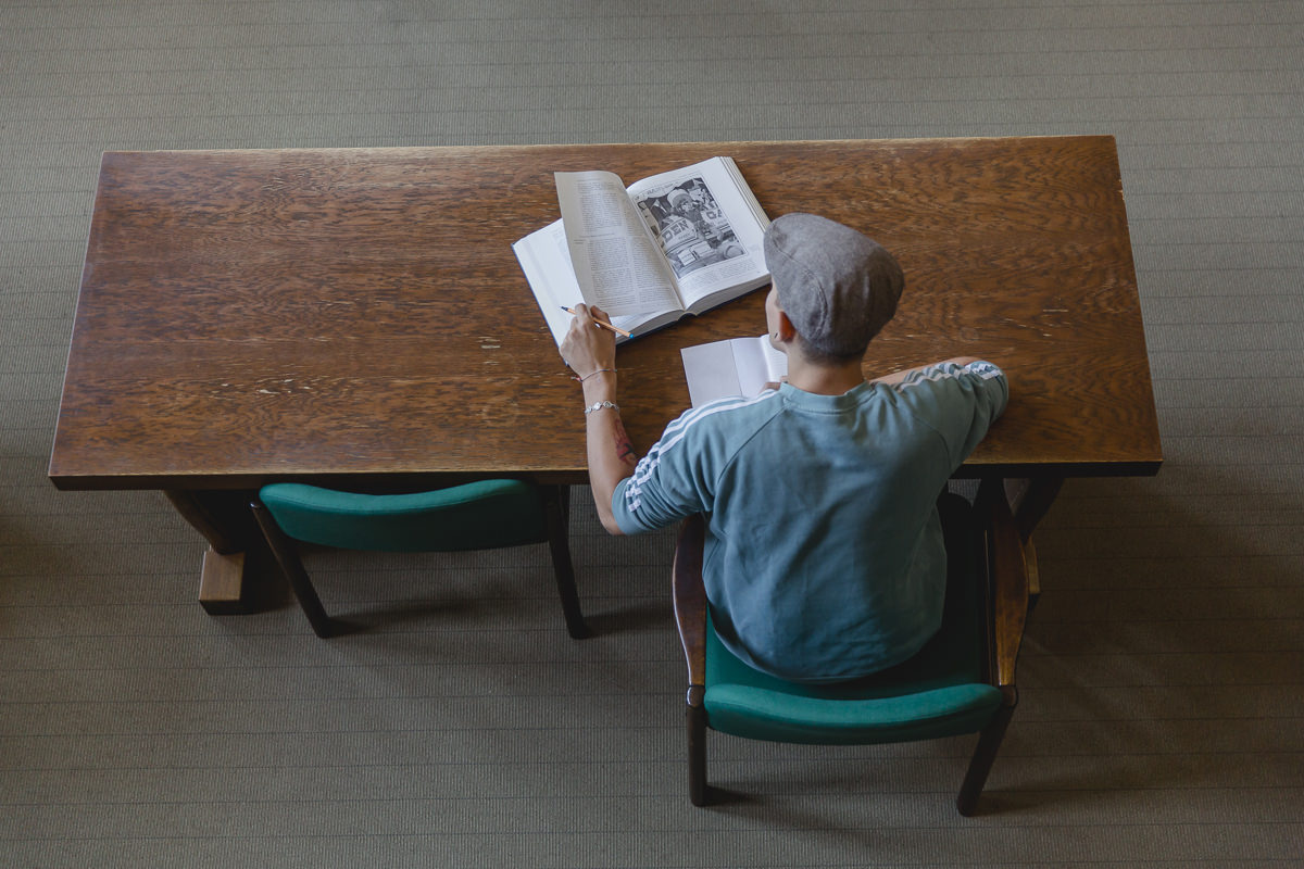 ein Soziologie Student der Uni Tübingen arbeitet sich durch ein Lehrbuch | Foto: Hanna Witte