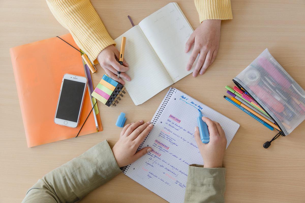 zwei Studenten der Uni Tübinen arbeiten mit ihrem Lern- und Schreibmaterial | Foto: Hanna Witte