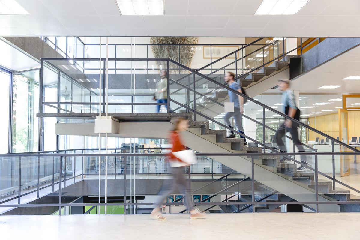 Studenten laufen durch das Institut der Soziologie an der Uni Tübingen | Foto: Hanna Witte