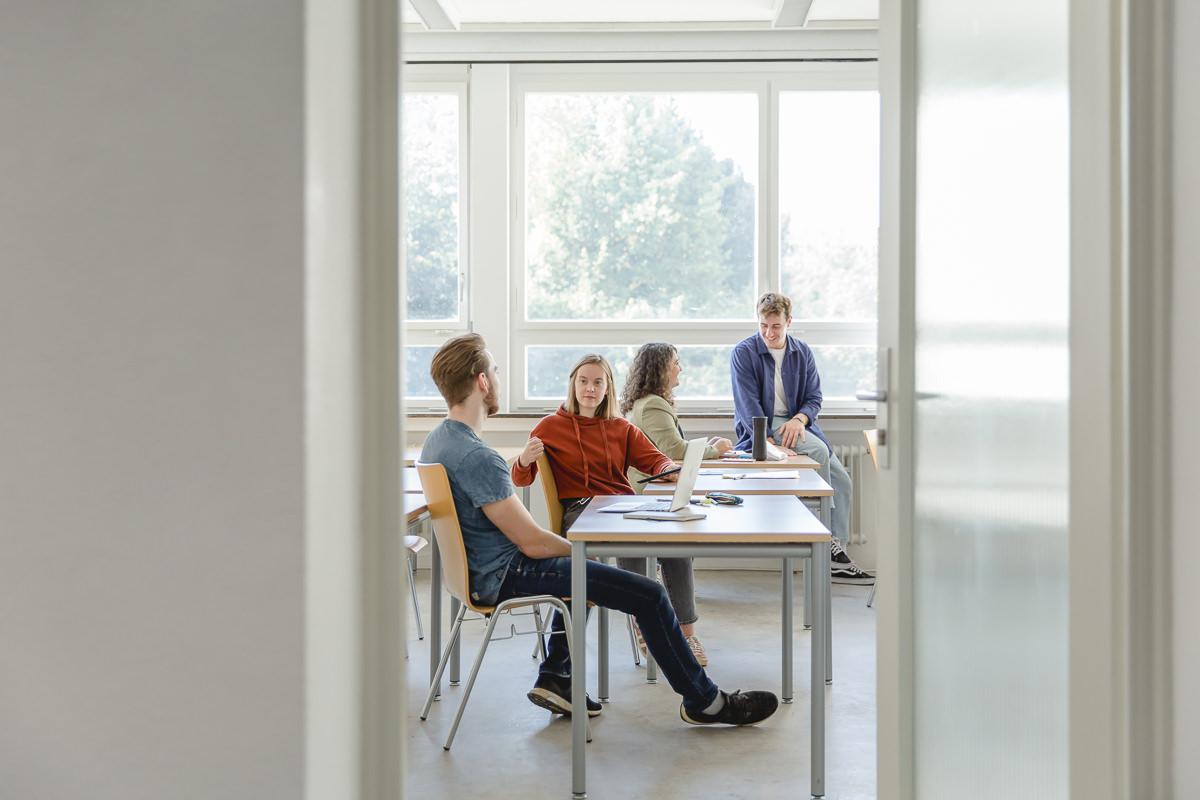 Studenenten sitzen in einem Lernraum der Uni Tübingen an ihren Computern | Foto: Hanna Witte