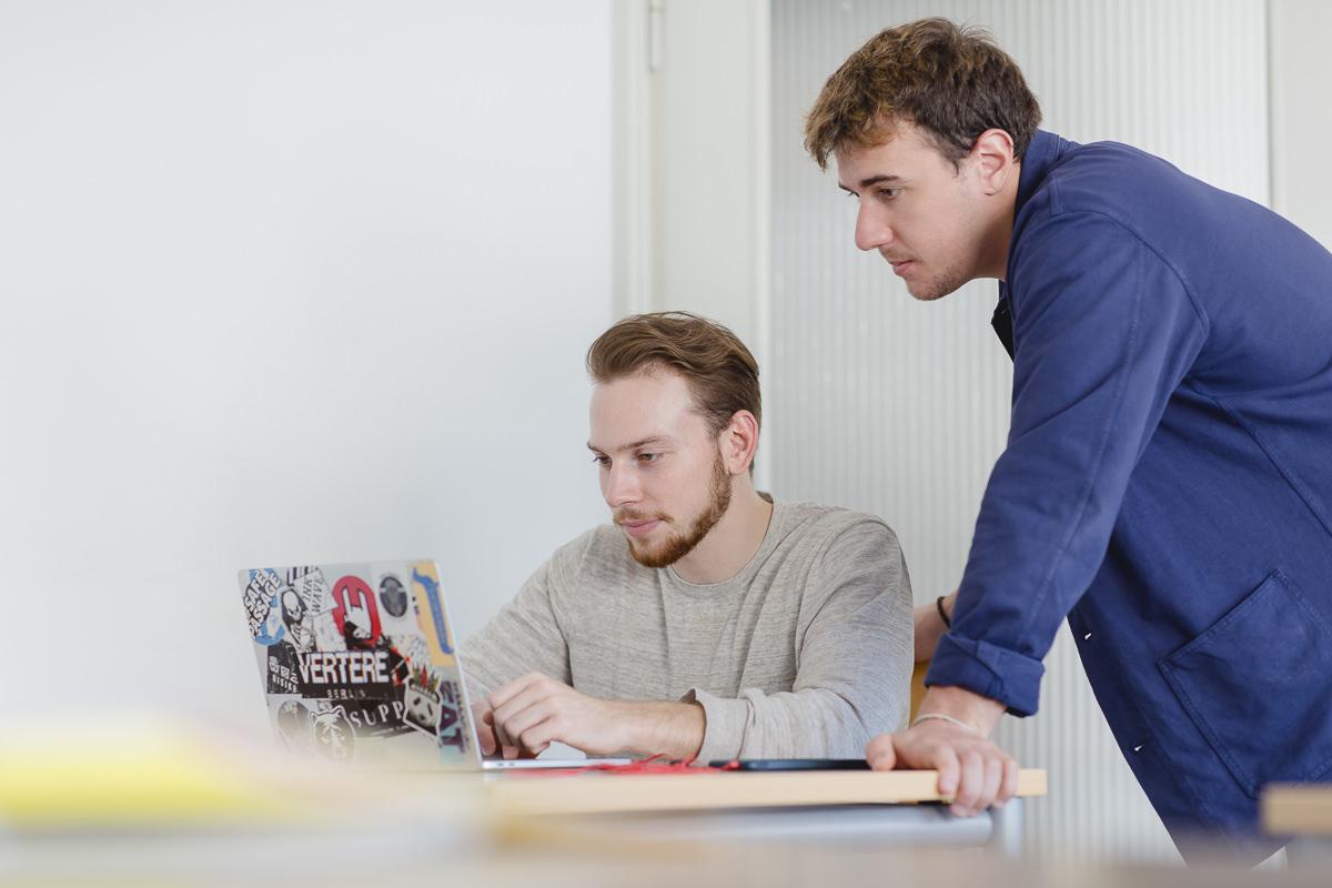 zwei Studenten der Uni Tübingen arbeiten an einem Laptop | Foto: Hanna Witte
