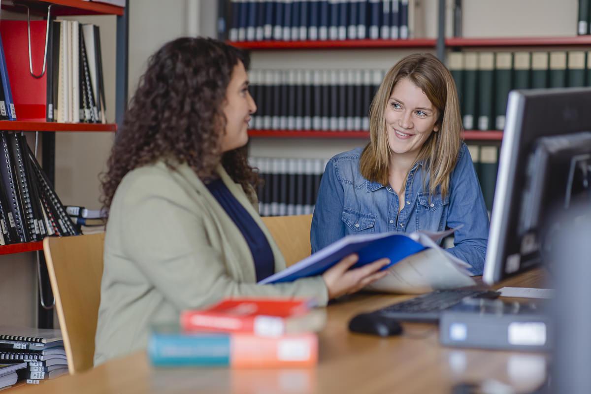 zwei Soziologie Studentinnen der Uni Tübingen lernen in der Bibliothek zusammen | Foto: Hanna Witte