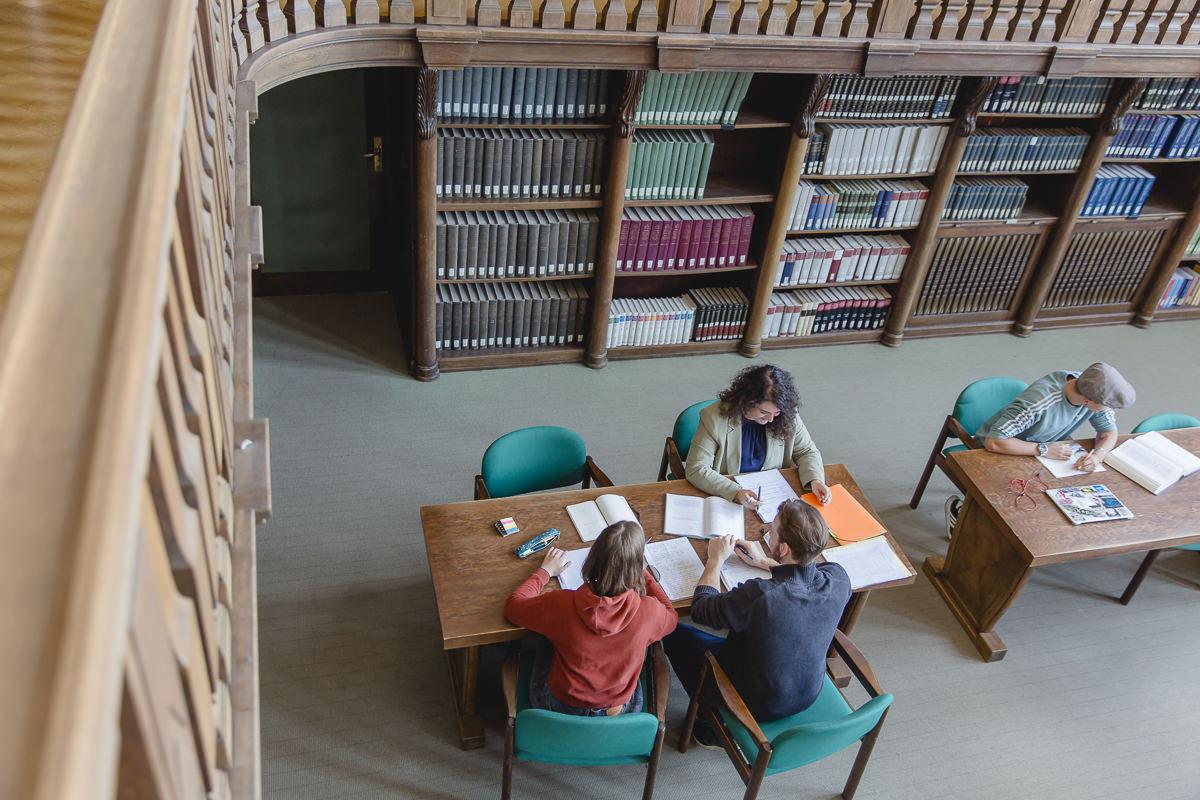 Soziologie Studenten der Uni Tübingen lernen zusammen in der Bibliothek | Foto: Hanna Witte