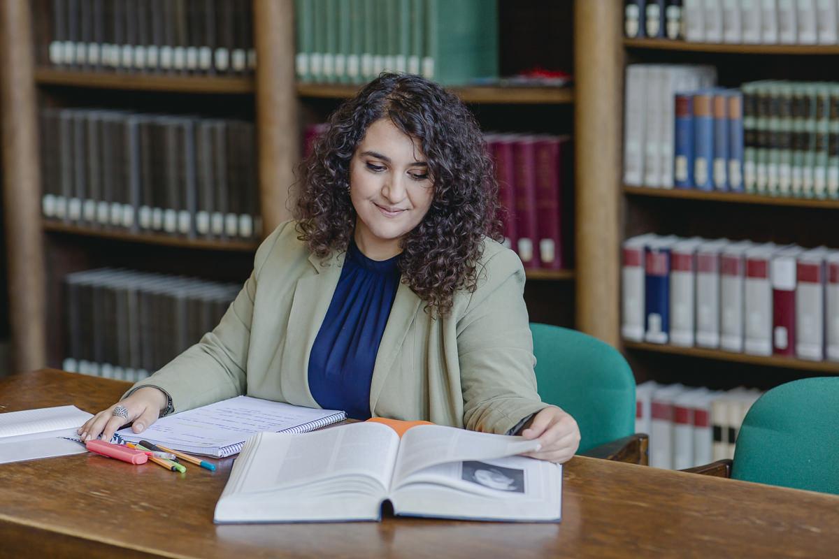 eine Soziologie Studentin der Uni Tübingen liest in einem Lehrbuch der Bibliothek | Foto: Hanna Witte