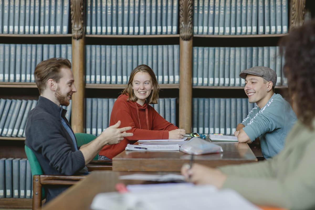 Soziologie Studenten der Uni Tübingen diskutieren über ein Lernthema | Foto: Hanna Witte
