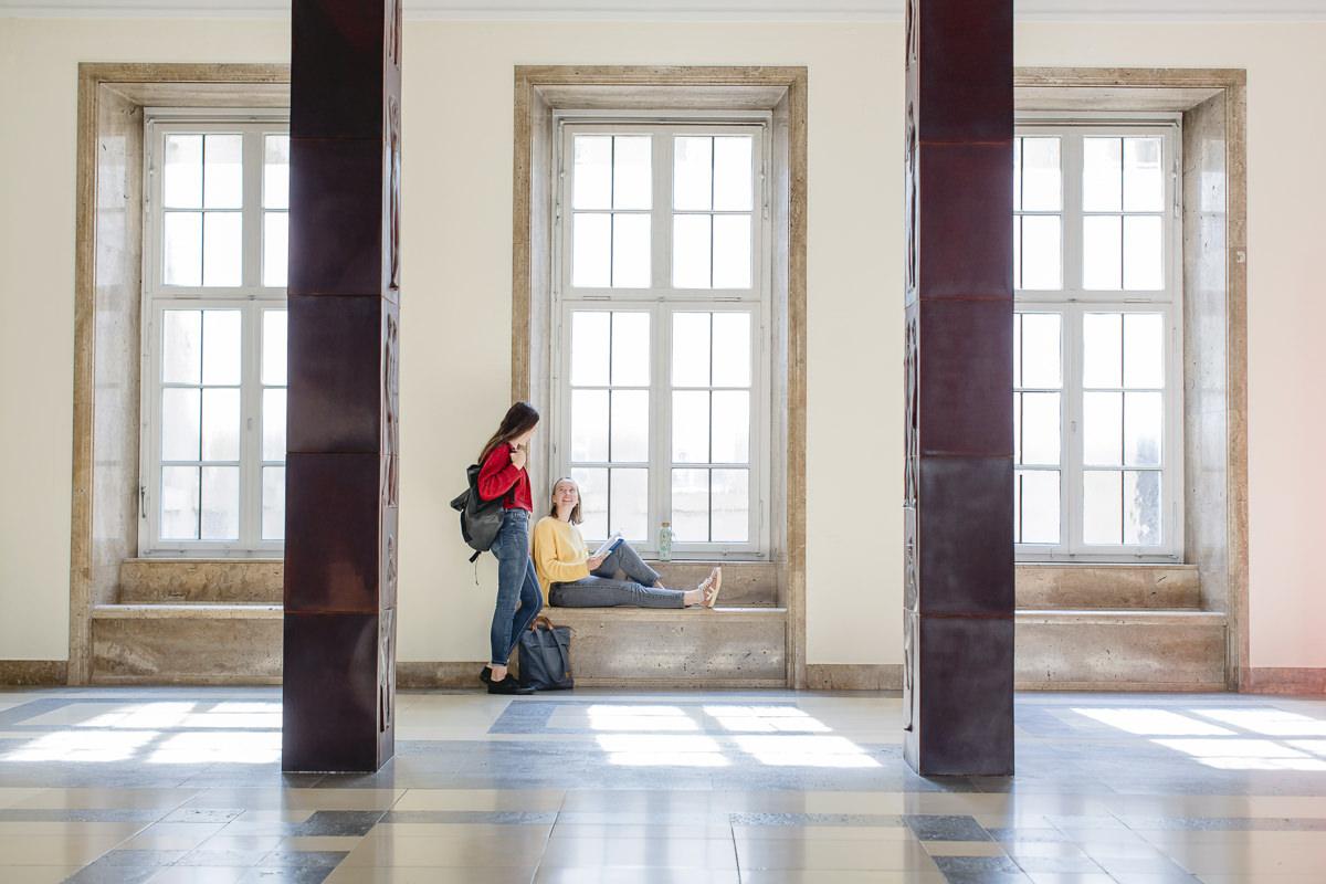 Soziologie Studenten der Uni Tübingen treffen sich in der Halle der Fakultät | Foto: Hanna Witte