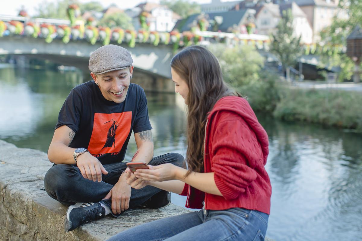 Soziologie Studenten der Uni Tübingen sitzen zusammen am Neckar | Foto: Hanna Witte