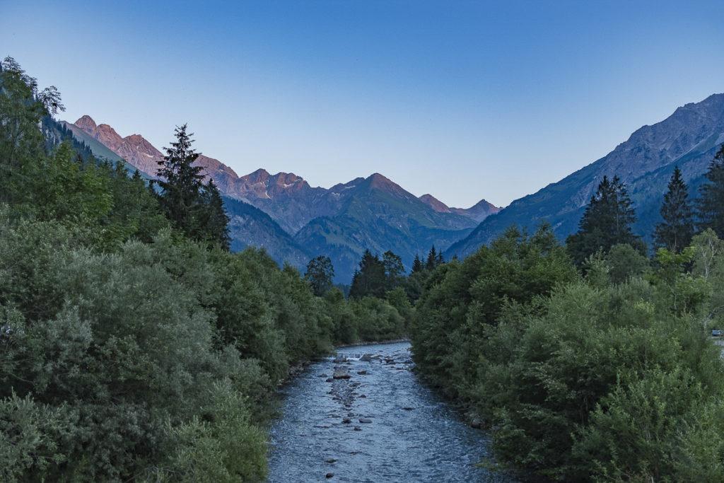 ein alpiner Bach zwischen grünen Bäumen im Allgäu | Foto: Hanna Witte