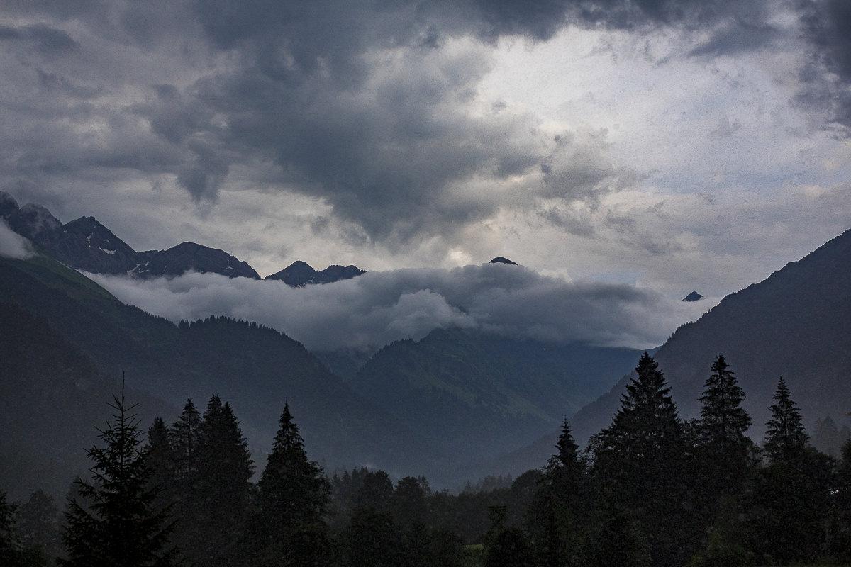 Landschaftsbild von Bergen, Wolken und Bäumen im Allgäu | Foto: Hanna Witte