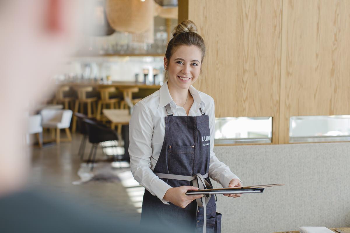 eine Mitarbeiterin des Lumi Restaurants im Wellnesshotel Seezeit Lodge beim Service | Foto: Hanna Witte