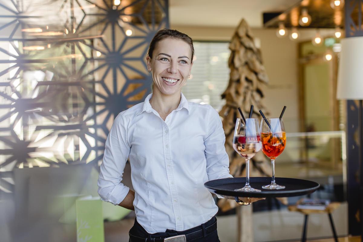 eine Servicemitarbeiterin serviert Getränke | Foto: Hanna Witte
