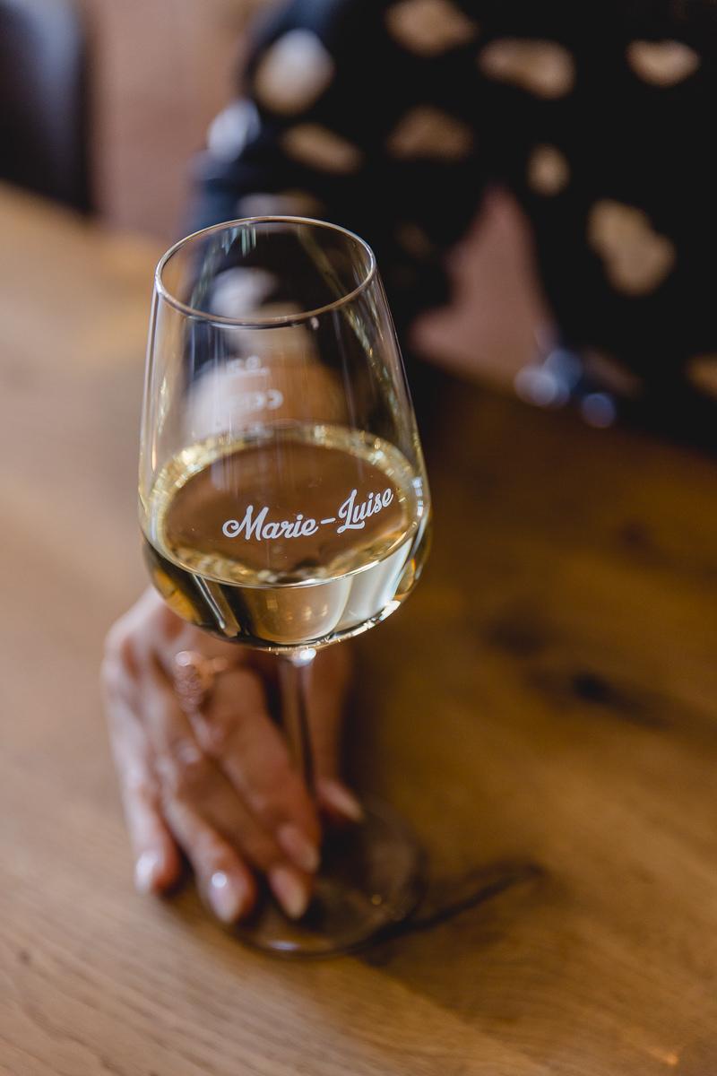 ein gefülltes Weinglas der Vinothek Marie-Luise im Saarland | Foto: Hanna Witte