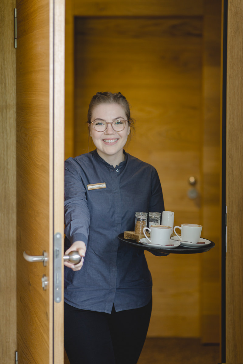 eine Service-Mitarbeiterin beim Room Service in einem Wellnesshotel im Saarland | Foto: Hanna Witte