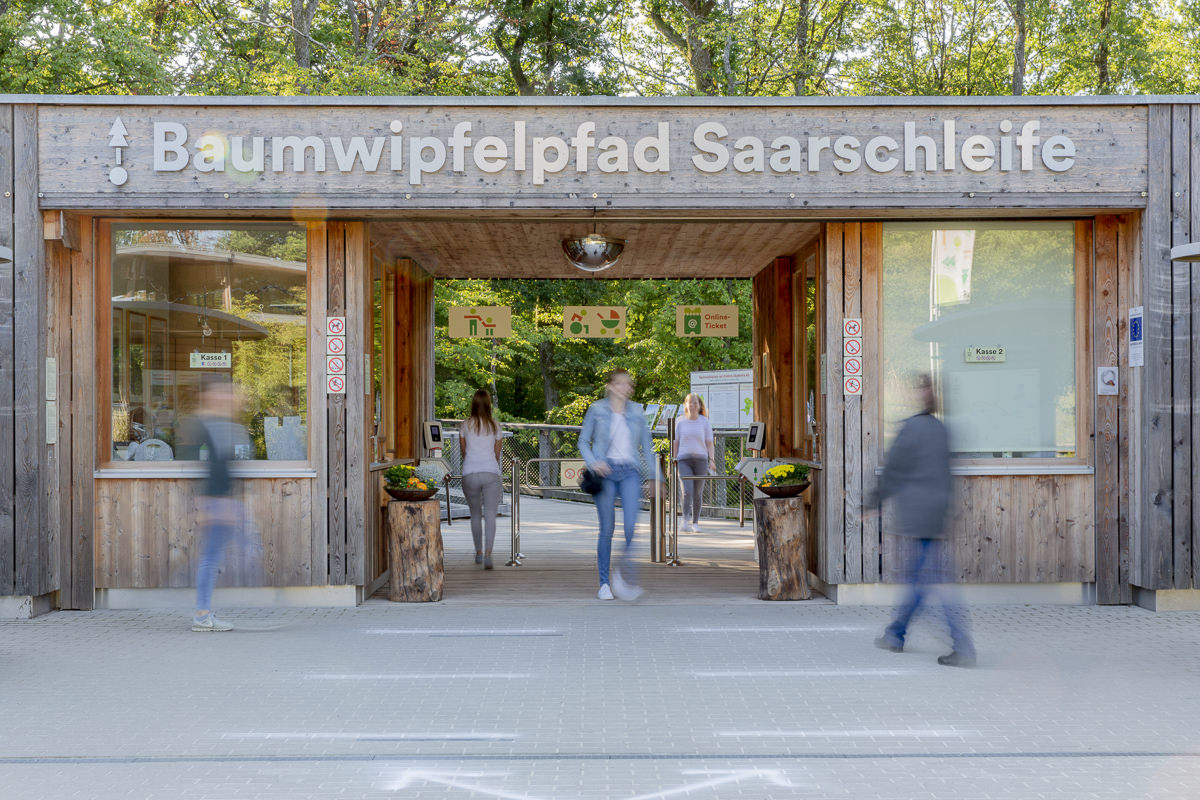 Eingangsfoto des Ausflugziels Baumwipfelpfad Saarschleife mit Besuchern | Foto: Hanna Witte
