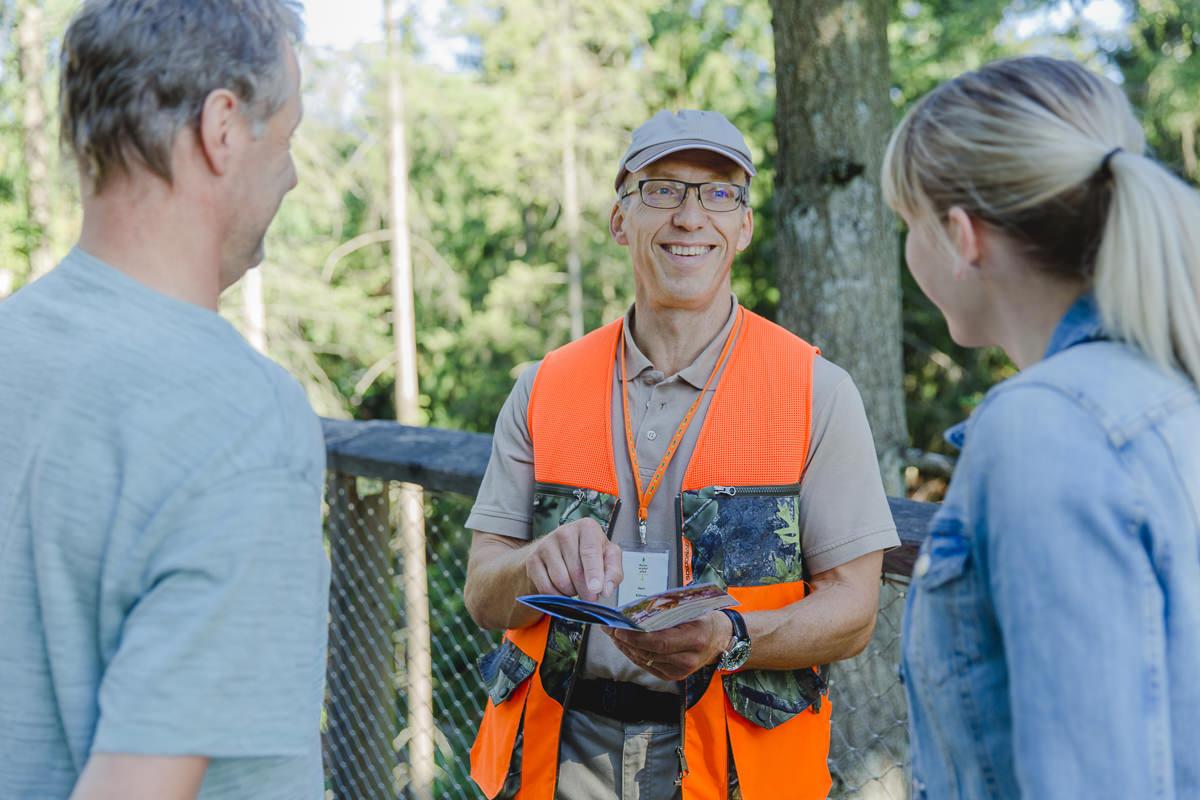 ein Mitarbeiter des Baumwipfelpfad Saarschleife informiert Besucher | Foto: Hanna Witte