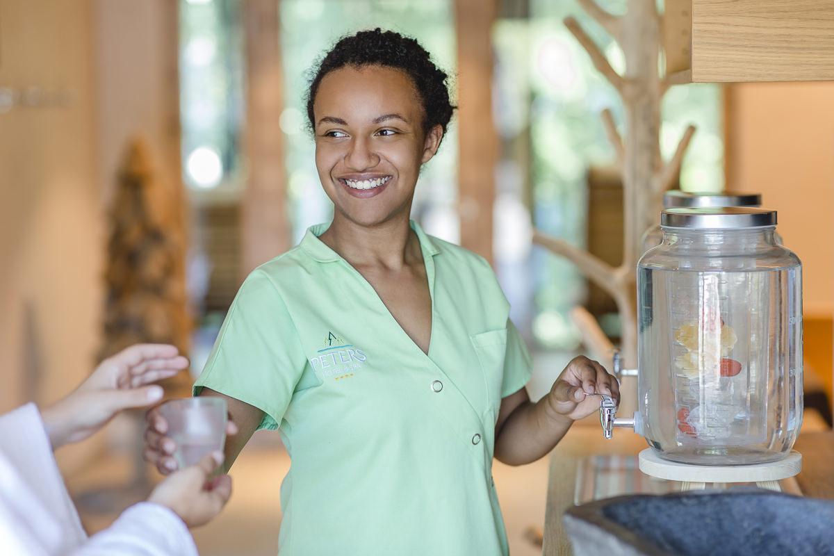 eine Service-Mitarbeiterin kümmert sich um einen Gast in einem Wellnesshotel im Saarland | Foto: Hanna Witte