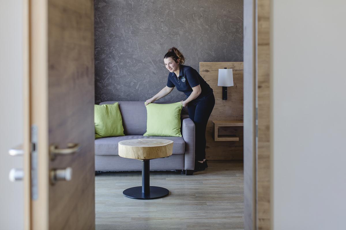 eine Service-Mitarbeiterin richtet in einem Wellnesshotel im Saarland ein Zimmer her | Foto: Hanna Witte