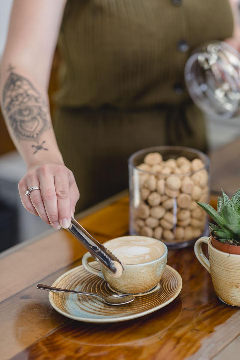 eine Service-Mitarbeiterin richtet einen Kaffee an | Foto: Hanna Witte