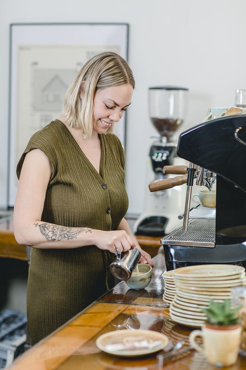eine Service-Mitarbeiterin bereitet einen Kaffee zu | Foto: Hanna Witte