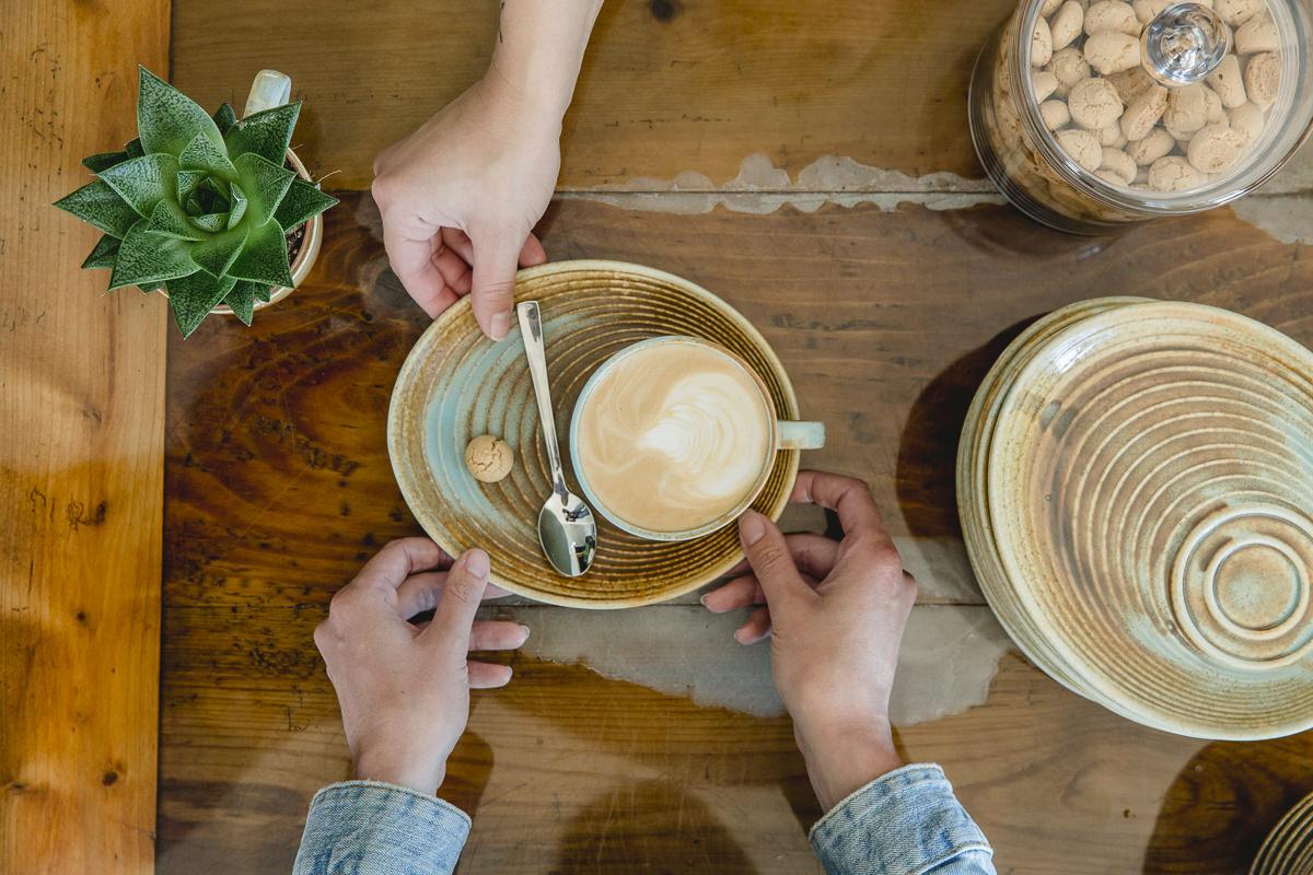 eine Service-Mitarbeiterin serviert einen Kaffee | Foto: Hanna Witte