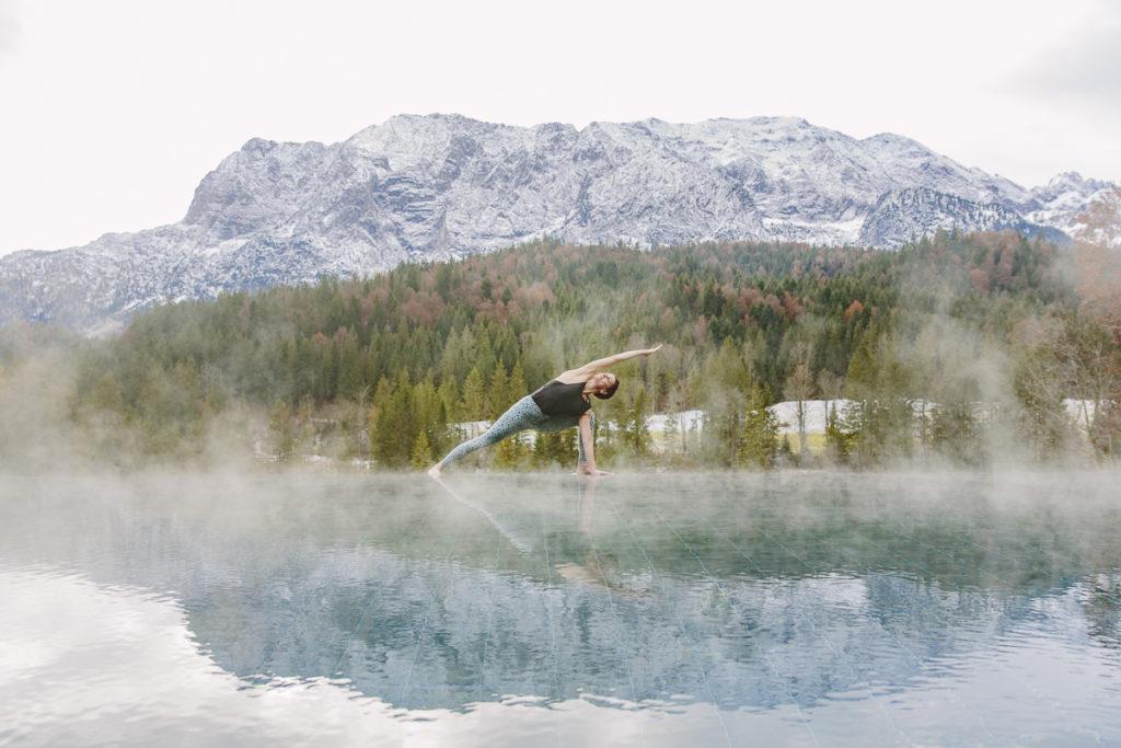 Yogafoto von Nicole Bongartz mit den Bayerischen Alpen im Hintergrund | Foto Hanna Witte